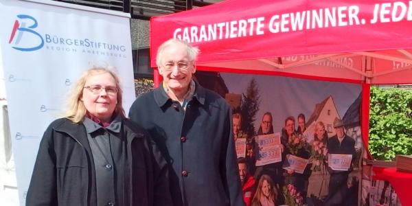 Carmen Lau und Dr. Michael Eckstein am Stand der BürgerStiftung Region Ahrensburg