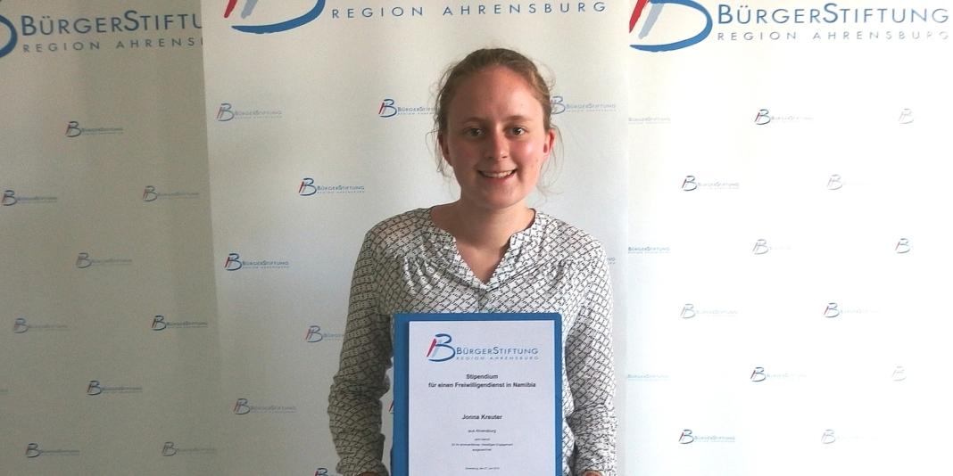 Jonna Kreuter mit Stipendiemn-Urkunde